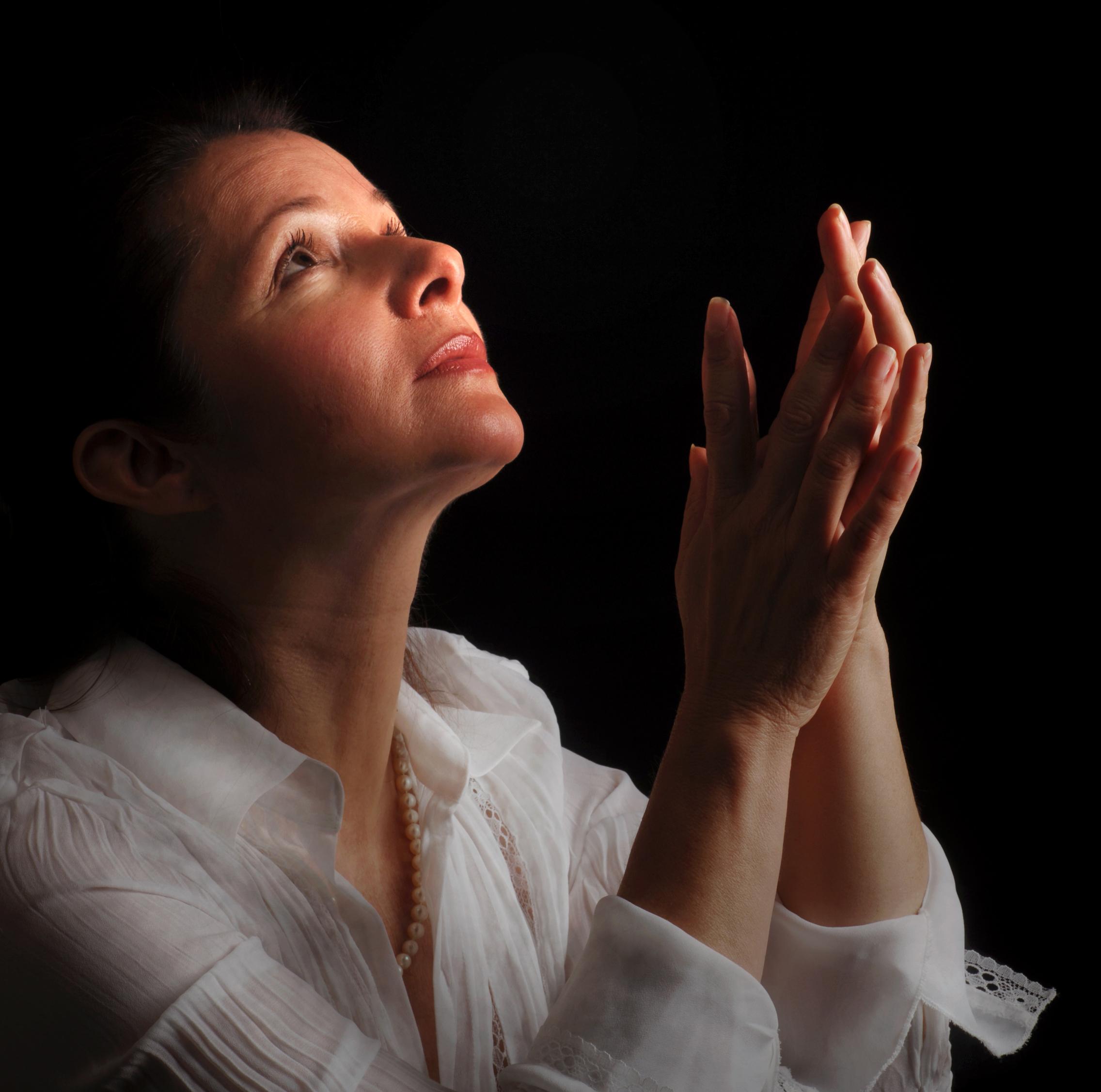 Pourquoi les incroyants prospèrent-ils et que les chrétiens sont-ils souvent dans la souffrance ? Woman-praying1