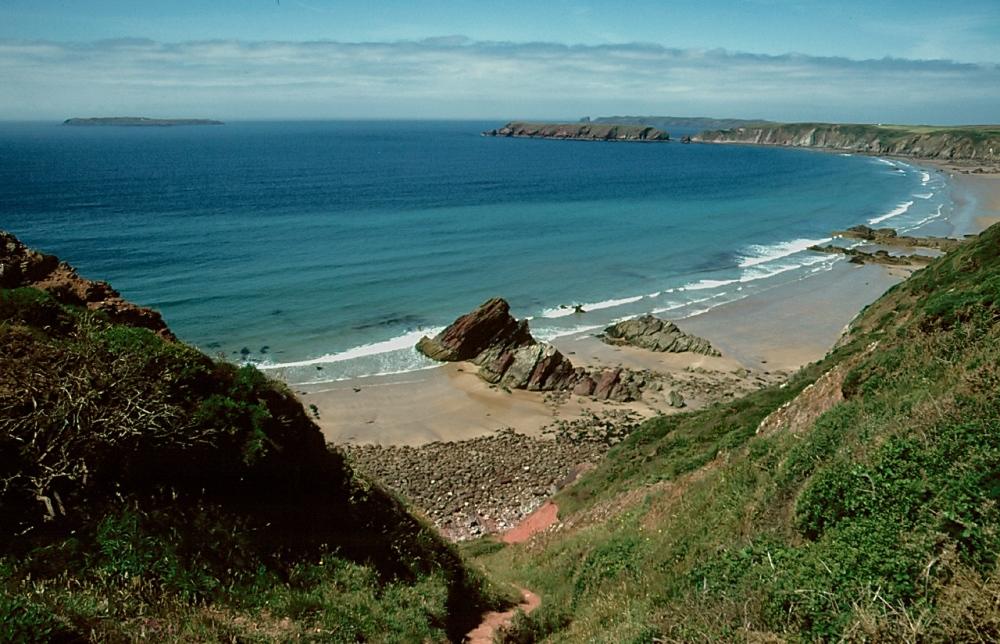 http://upload.wikimedia.org/wikipedia/commons/d/da/Pembrokeshire_Coast_National_Park_06.jpg